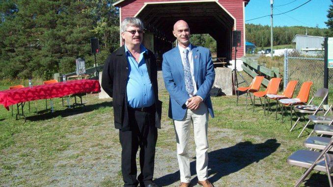 Le maire Jean-Marc Belzile, à gauche de la photo